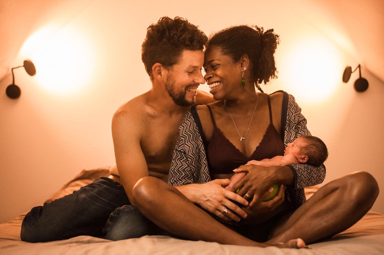 le même couple dans la même position mais cette fois avec bébé