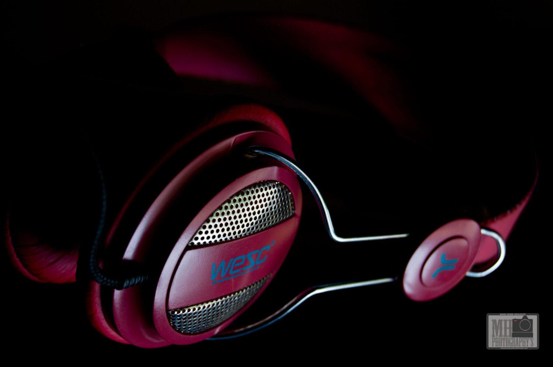 casque audio rouge framboise sur fond noir