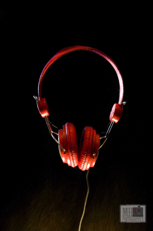 casque audio rouge sur fond noir