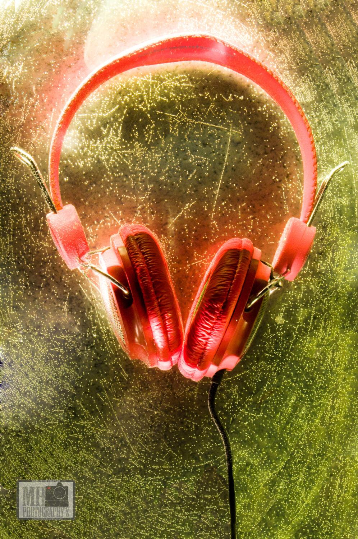 casque audio rouge plongée dans un plat de four rempli d'eau