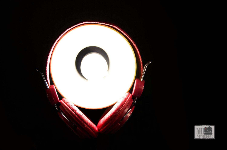 casque audio rouge autour du lampe de bureau