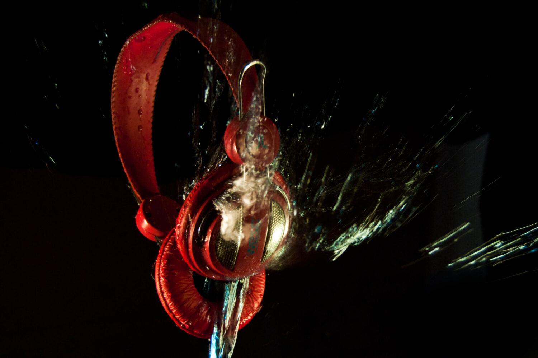 casque audio rouge avec un jet d'eau qui vient du dessous