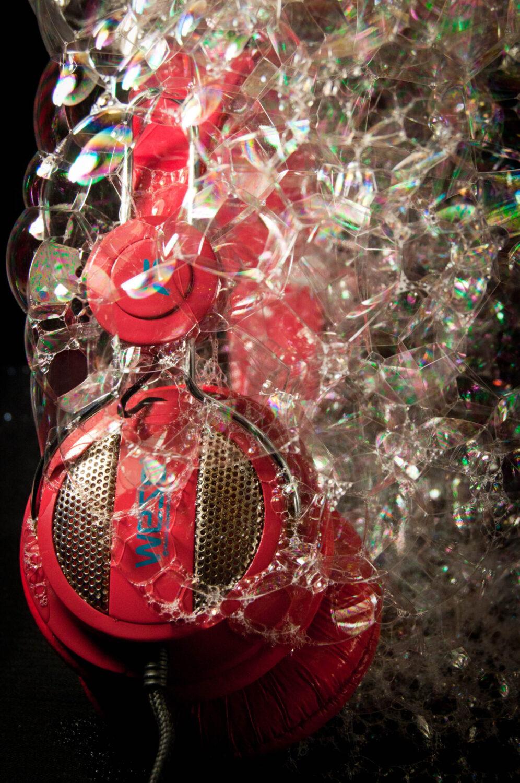 casque audio rouge enveloppé de bulles de savon