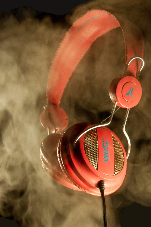 casque audio rouge dans de la fumée