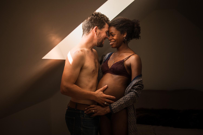 couple qui se regarde dans les yeux la femme est enceinte