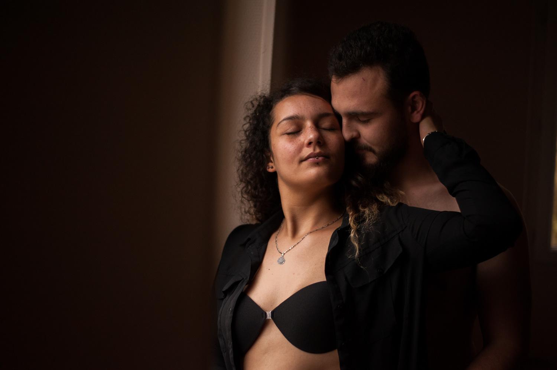portrait d'un couple la femme à la chemise ouverte et la main sur la tête de l'homme