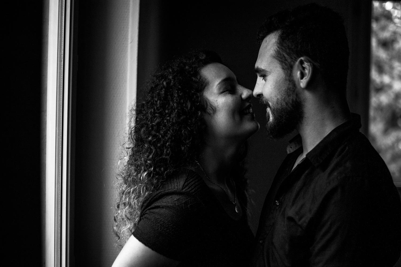 femme qui frotte son nez sur celui de son copain en riant