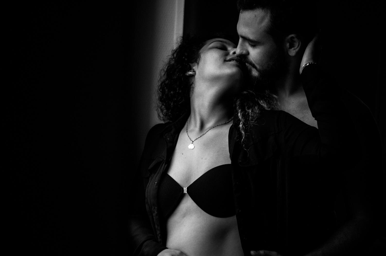 femme avec une chemise ouverte embrasse son copain derrière elle