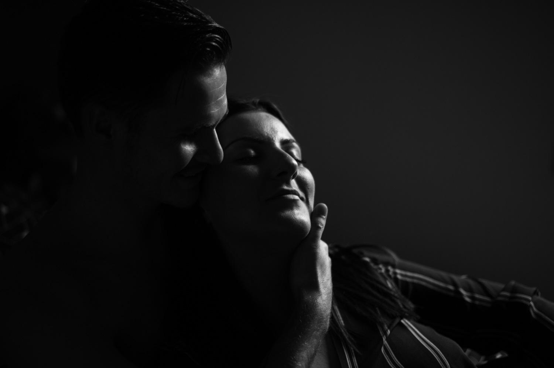 un homme qui embrasse sa copine tendrement sur la joue